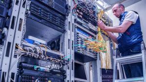 サーバールームにてLAN配線処理